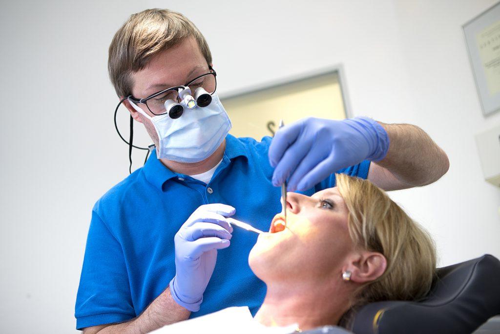 Patientin während der zahnärztlichen Behandlung in der Zahnarztpraxis Hennen